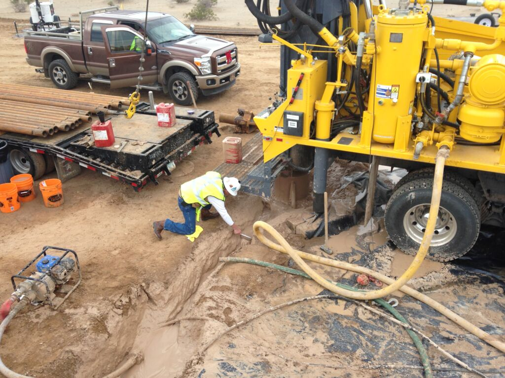 Sampling drill cuttings when drilling mud rotary
